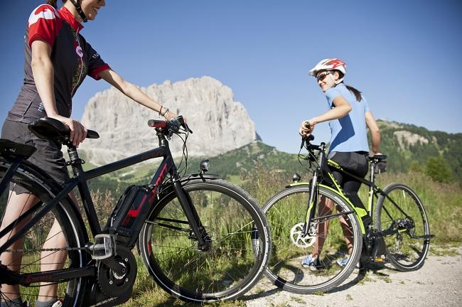 E-Bike Fahrerinnen auf dem Grödner Joch