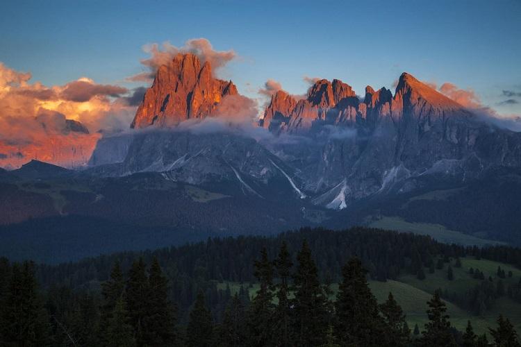 Italien, Suedtirol, Dolomiten, Groeden, Val Gardena, St. Ulrich Blick von der Bergstation Seiser Alm auf die Langkoffel Gruppe